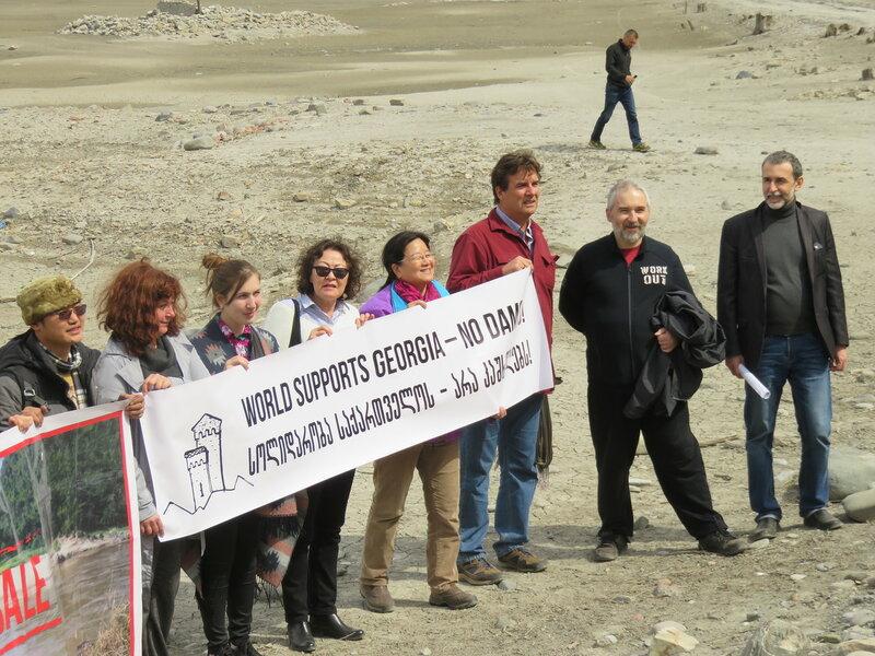 Евгений Симонов вместе с участниками конференции Rivergathering у плотины Жинвали на реке Арагви (фото: Александр Колотов)