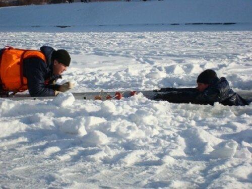 Школьник прогуливаясь по тонкому льду, едва не утонул