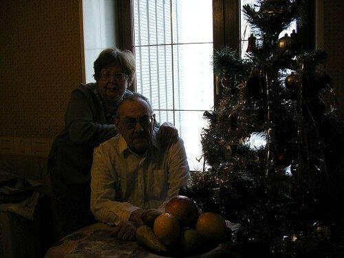 P1010280 Я и Володя у елки обнявшись. Новый год.jpg