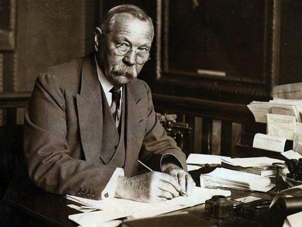 44. Артур Конан Дойл, придумавший Шерлока Холмса, был оккультистом и верил в существование мале