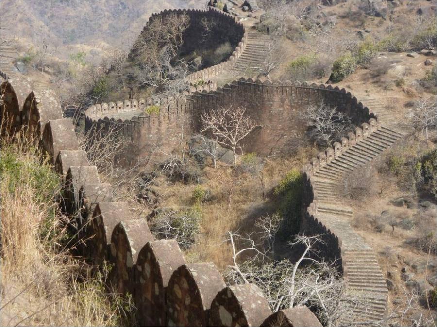 14. Форт Кумбалгарх окружен уникальной стеной, которая в древности именовалась