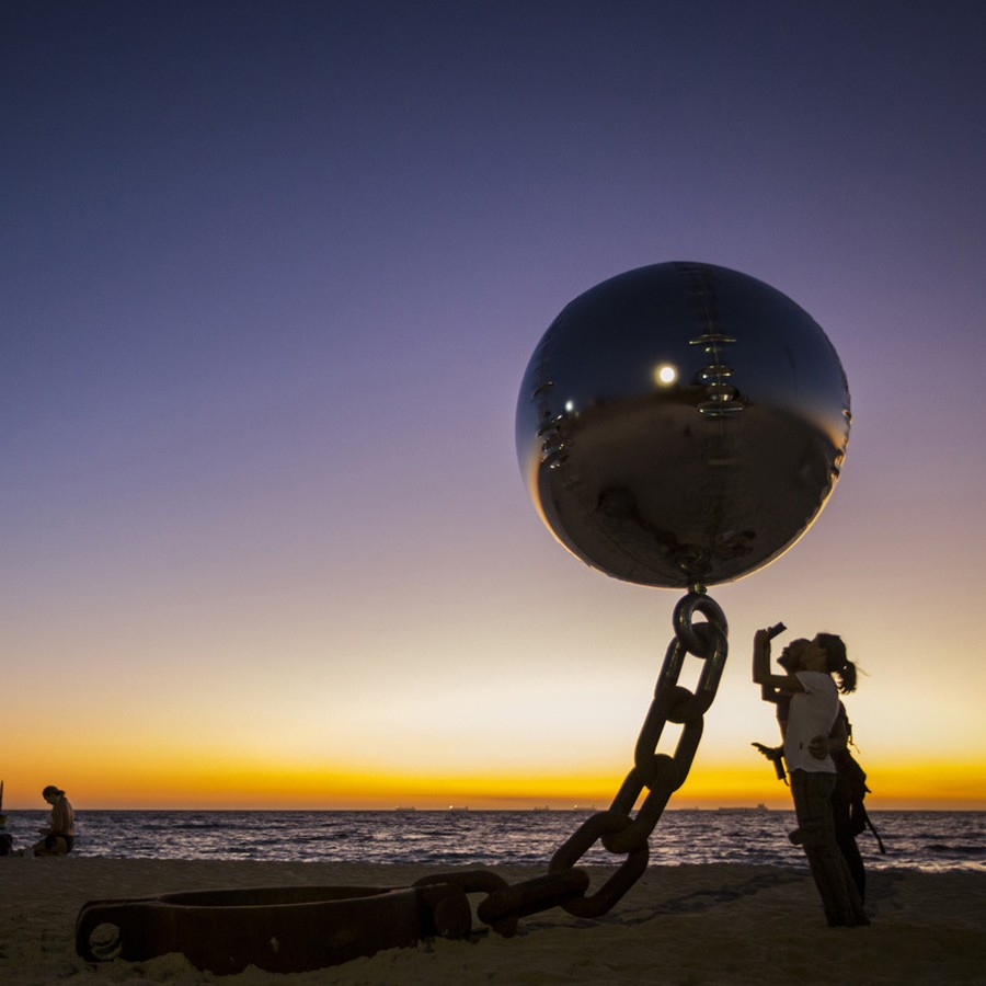 Парящий стальной шар, Австралия.