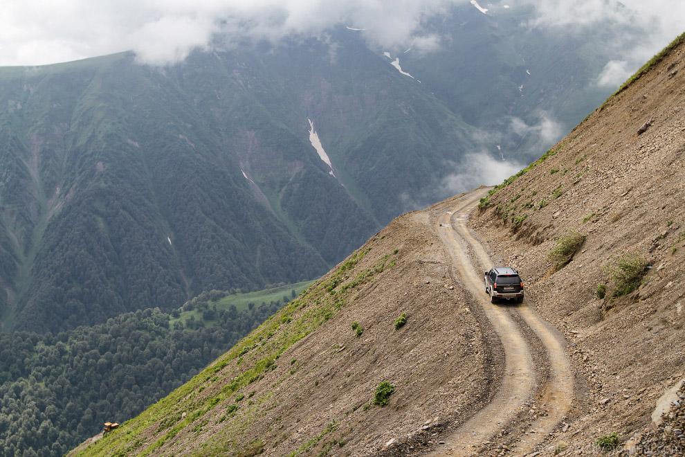 11. Горная дорога на перевал. Ехали в облаках: