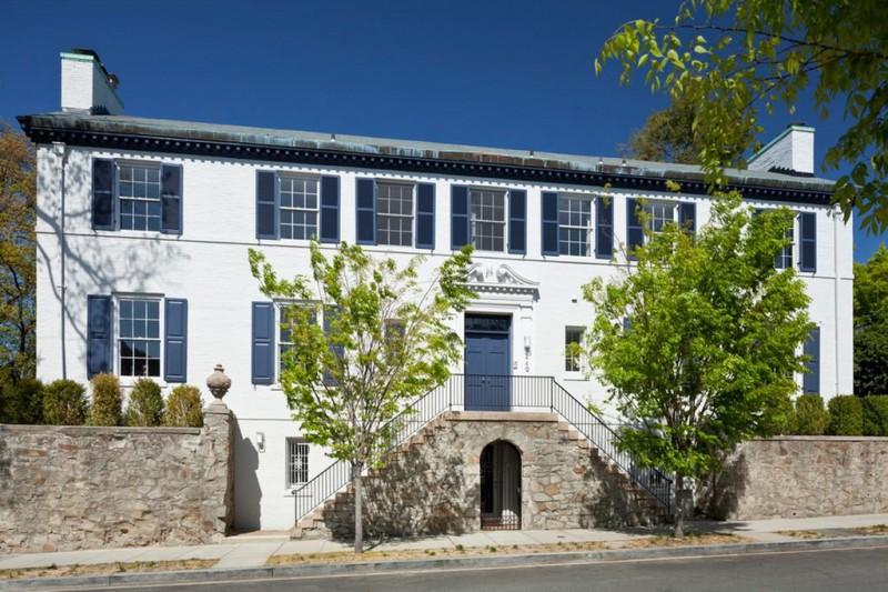 У дома минималистичный фасад, как и у большинства других построек в районе. Он находится недалеко от