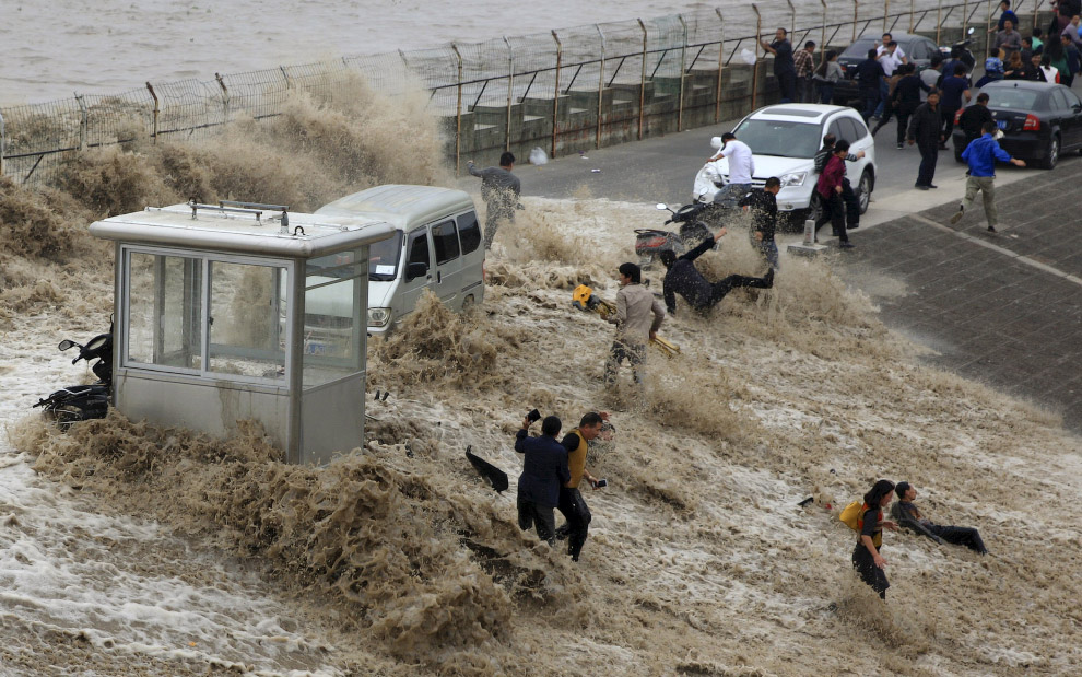 Экстремалы на берегу реки Цяньтан, в городе Ханчжоу, провинция Чжэцзян, Китай.