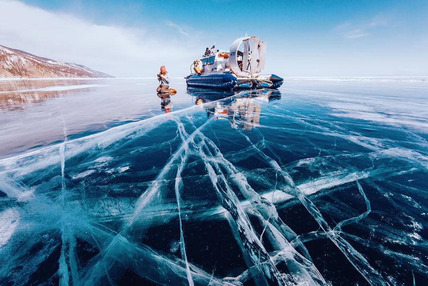 Лёд на Байкале самый прозрачный в мире. И это правда. Можно рассмотреть всё до самого дна: рыбок, зе