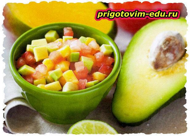 Салат с авокадо, манго и томатами