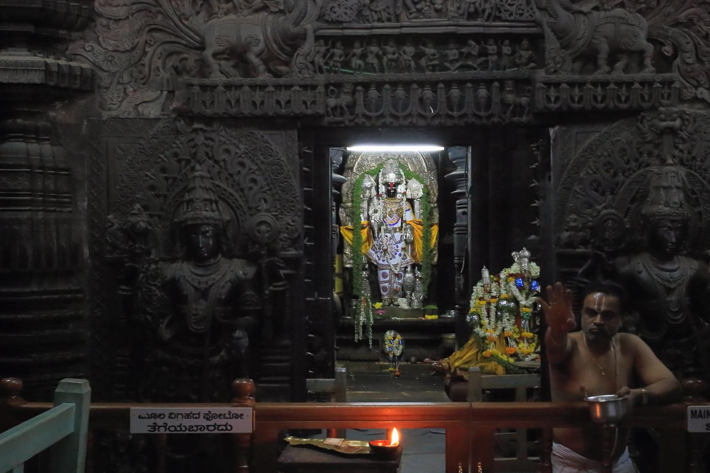 Фотография №19. Храмовый ансамбль Ченнакесава. Алтарь. 1/15, -1 eV, f 10, 40 mm, ISO 12800.
