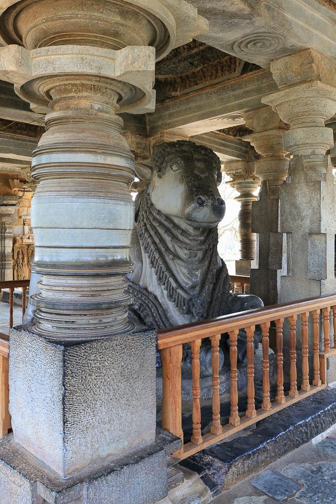 Фотография №8. Hoysaleshwara Temple. Алтарь Нанди (ездового бычка Шивы). Отзывы туристов об экскурсиях в Карнатаке. Путешествие по Индии. 1/40,0 eV, f 6.3, 29 mm, ISO 640