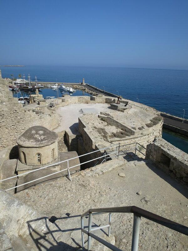 Кирения. Северная часть западного двора (5), византийская часовня (3) и северо-западный бастион.