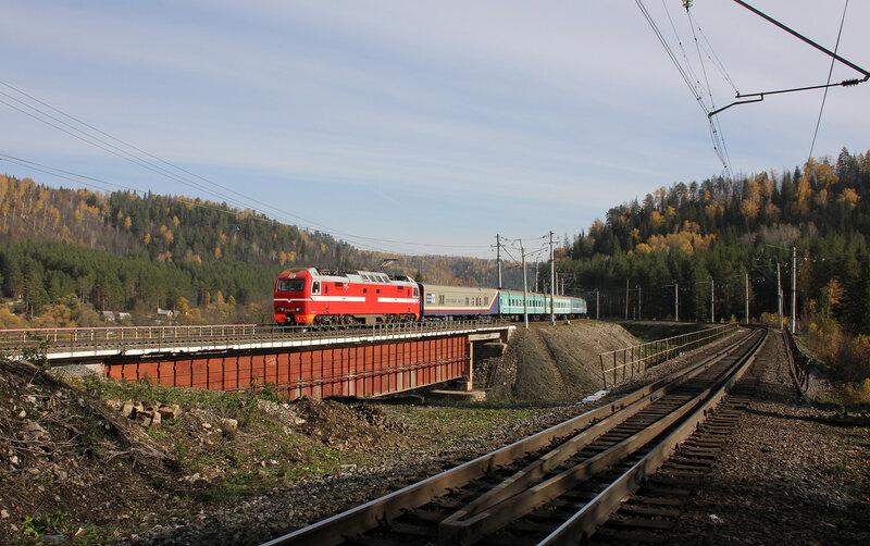 ЭП2К-076 с ПДСом 083 Караганда - Москва на перегоне Симская - Биянка проходит мост через реку Сим