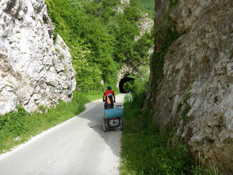узкая дорога с туннелями в овчар-кабларском ущелье