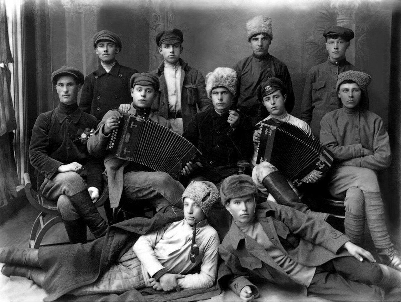 1920. Челябинск. Комсомольцы-железнодорожники, участвовавшие в разгроме колчаковских войск на Южном Урале. 22 апреля