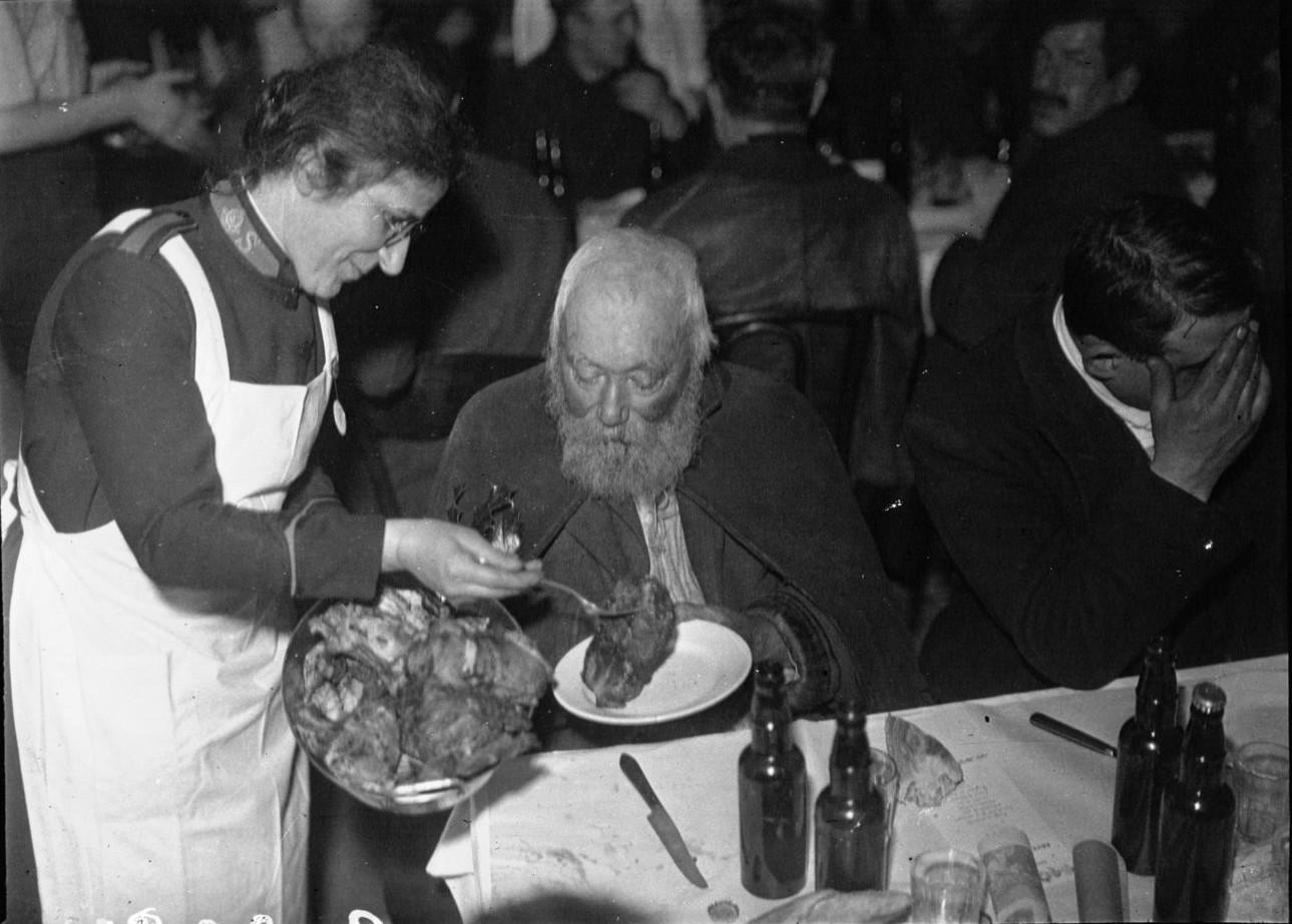 1933. Армия спасения.  Рождественская раздача еды бездомным