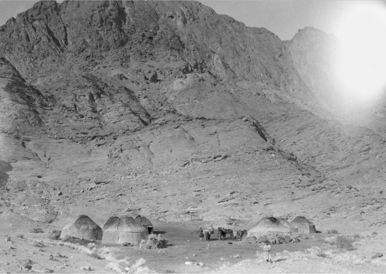 Киргизский лагерь и экспедиция Маннергейма у подножия Гызыл-Тажина
