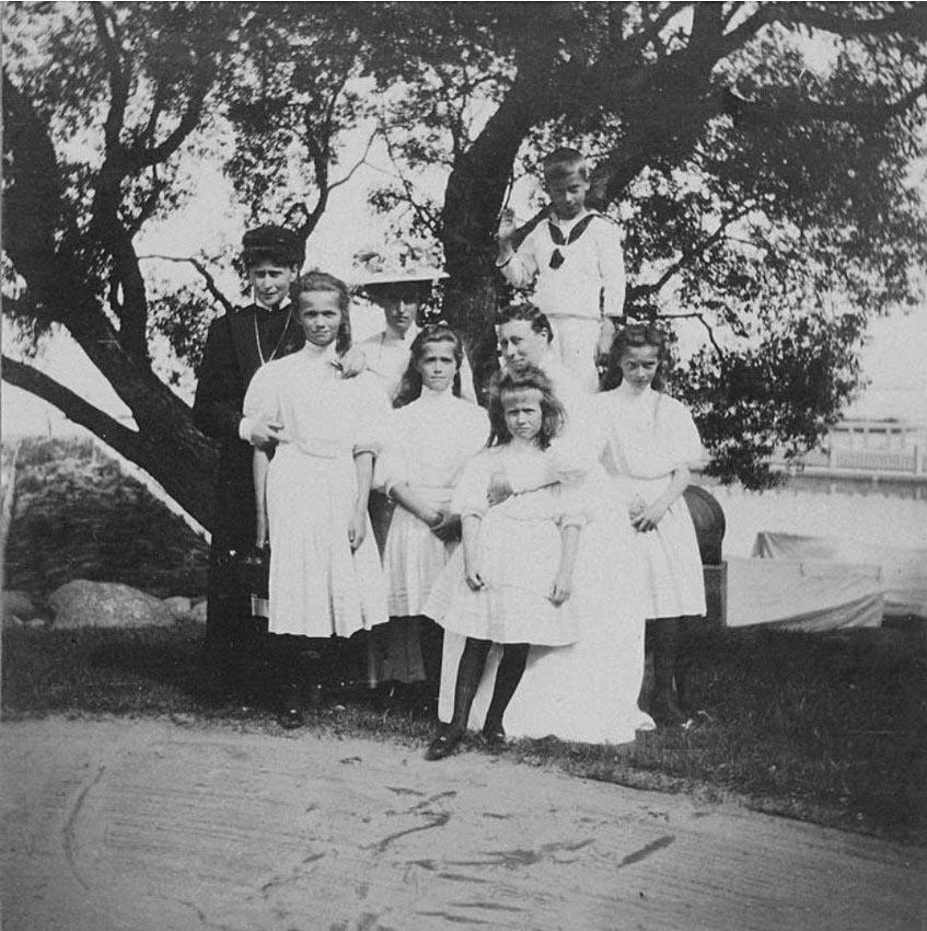 1908. На берегу Финского залива у Нижней дачи