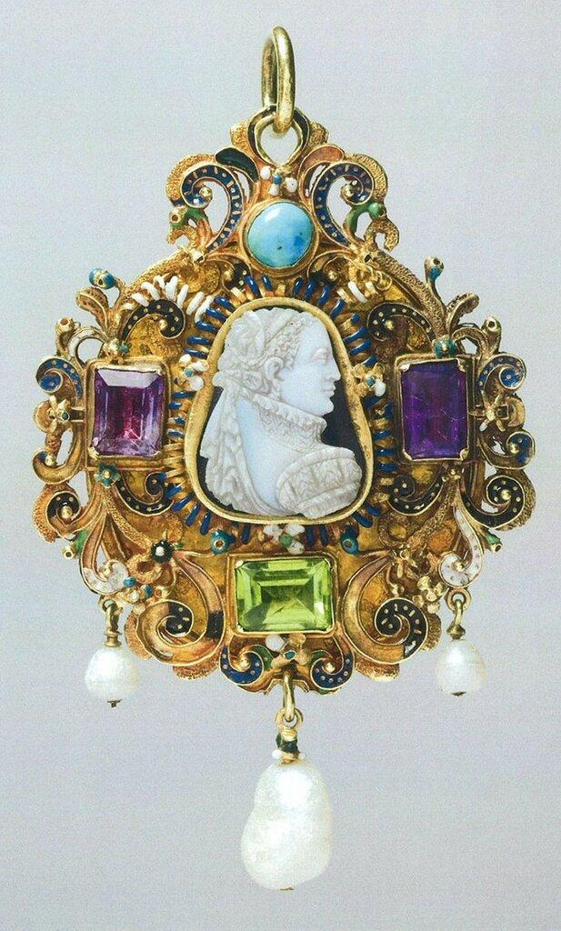Goldsmiths-Gem-set-gold-pendant-c.jpg__760x0_q80_crop-scale_subsampling-2_upscale-false.jpg