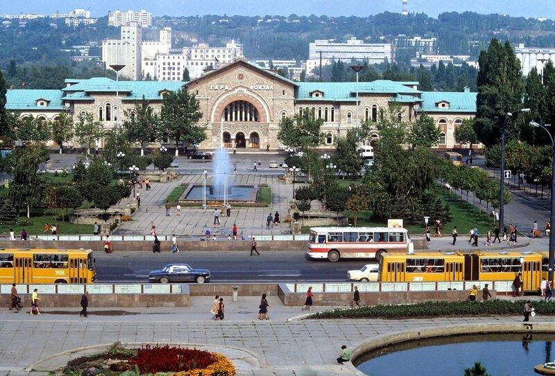 1985 Привокзальная площадь в Кишиневе. Юрий Сомов.jpg