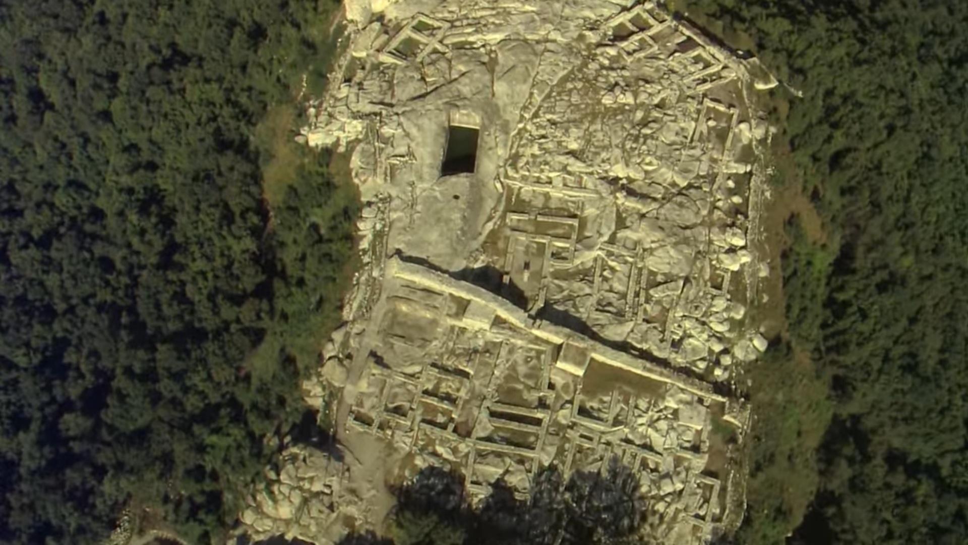 Тысячелетия назад Перперикон представлял собой огромную скалу без растительности. Так как древние люди не были в состоянии справиться со скалами из за отсутствия инструмента, они просто совершали культ на скале. Позже, с появлением инструмента, они смогли выдалбливать в скале целые помещения. Но к сожалению это также означает и разрушение следов древних культур. Именно такая проблема существует и на Перперикон. Поздние строительства в значительной степени уничтожили остатки древнейших цивилизаций. По последним археологическим исследованиям, первые следы жизни Перперикона идут от неолита, в конце 6-го - начале 5 века до н.э.