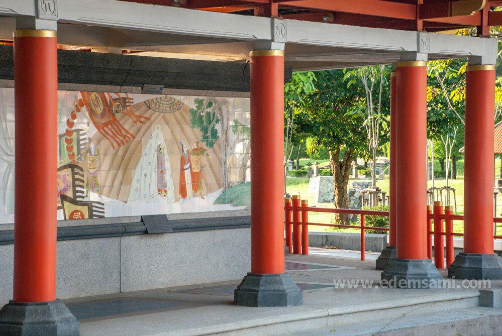 Стена с изразцами в Парке Трех Королевств