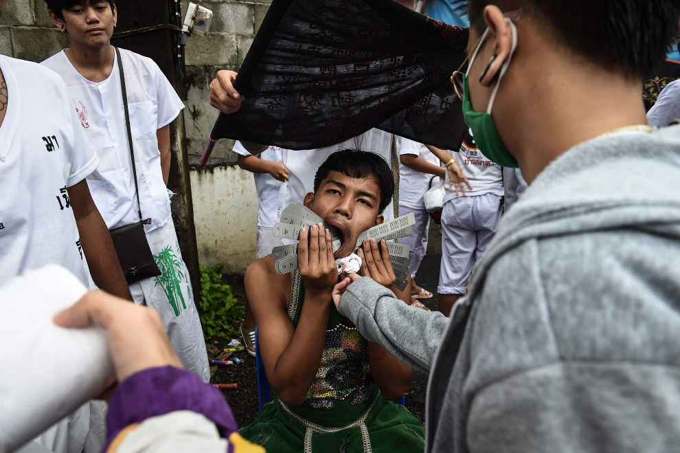 4. Праздник проходит под непрерывные взрывы китайских петард, а в шествиях участвует большинств