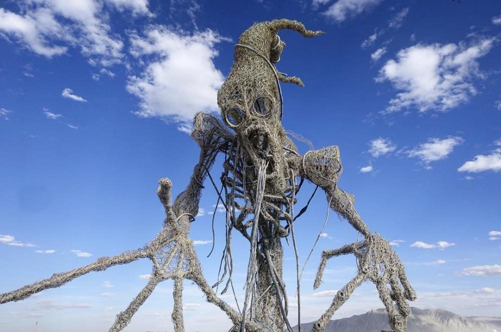 Пугающий великан или милый монстр— что видите вэтой инсталляциивы?