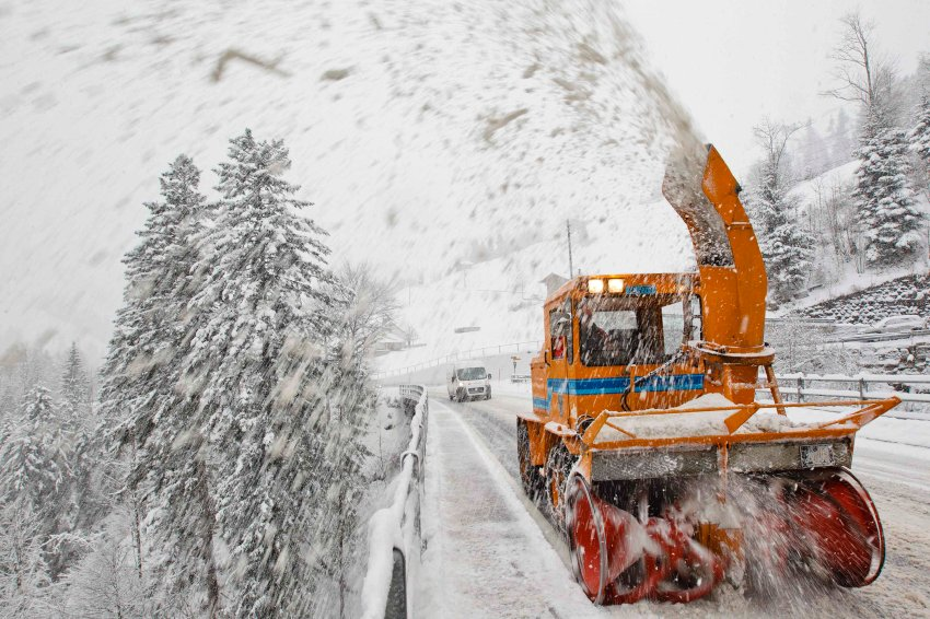 В результате сильных снегопадов, упавших деревьев и высокой опасности схода лавин были перекрыты дор