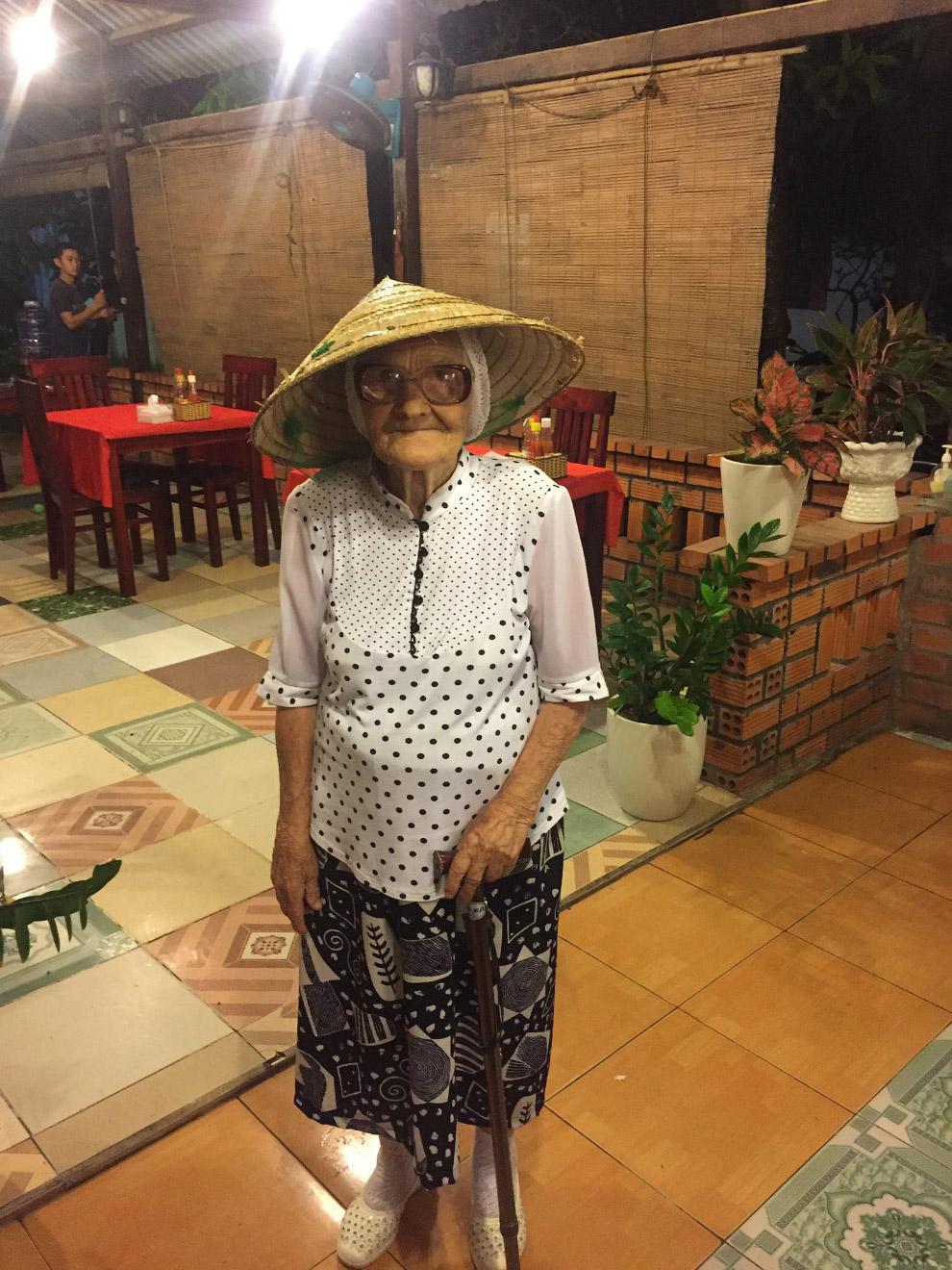14. Бабушка каждый год выбирается за границу, потому что хочет увидеть мир.