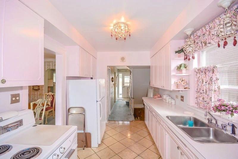 5. Кухня В 1950 году на кухне была установлена оригинальная электрическая плита Moffat, которая до с