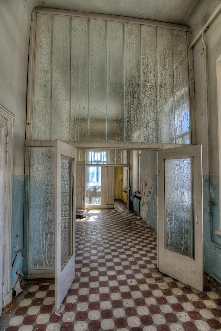 3. Секции палат разделялись мутными стеклянными перегородками.