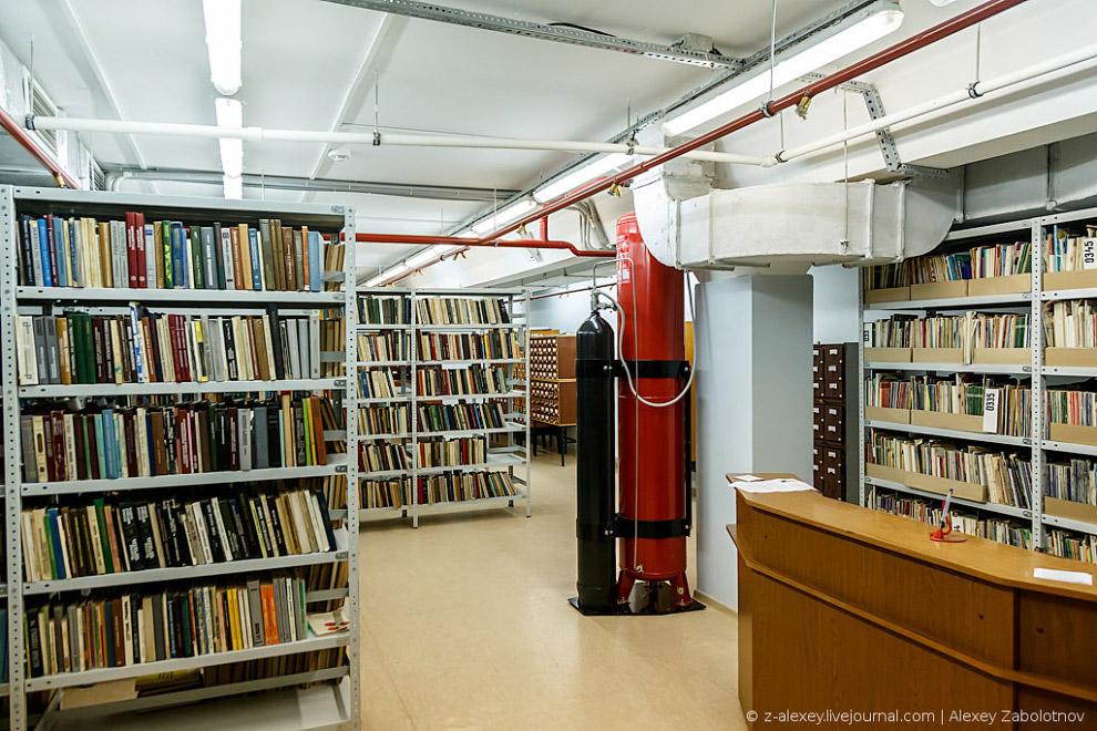 Для хранения книг важно соблюдать определенную температуру и влажность, за этим следит автомати