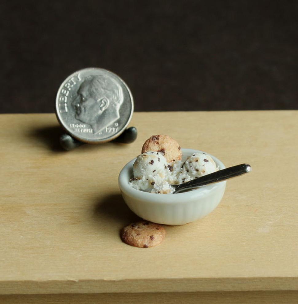 Мороженое с печеньем.