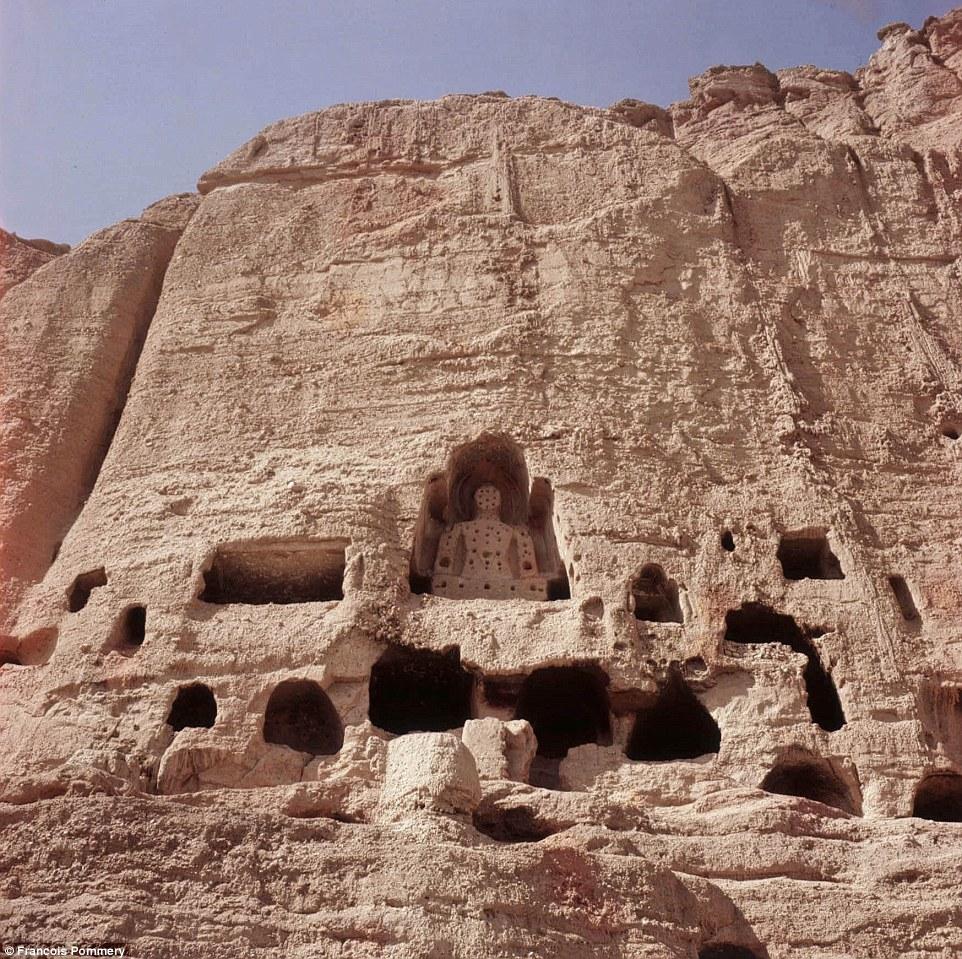 Статуи были уничтожены в 2001 году боевиками «Талибана».