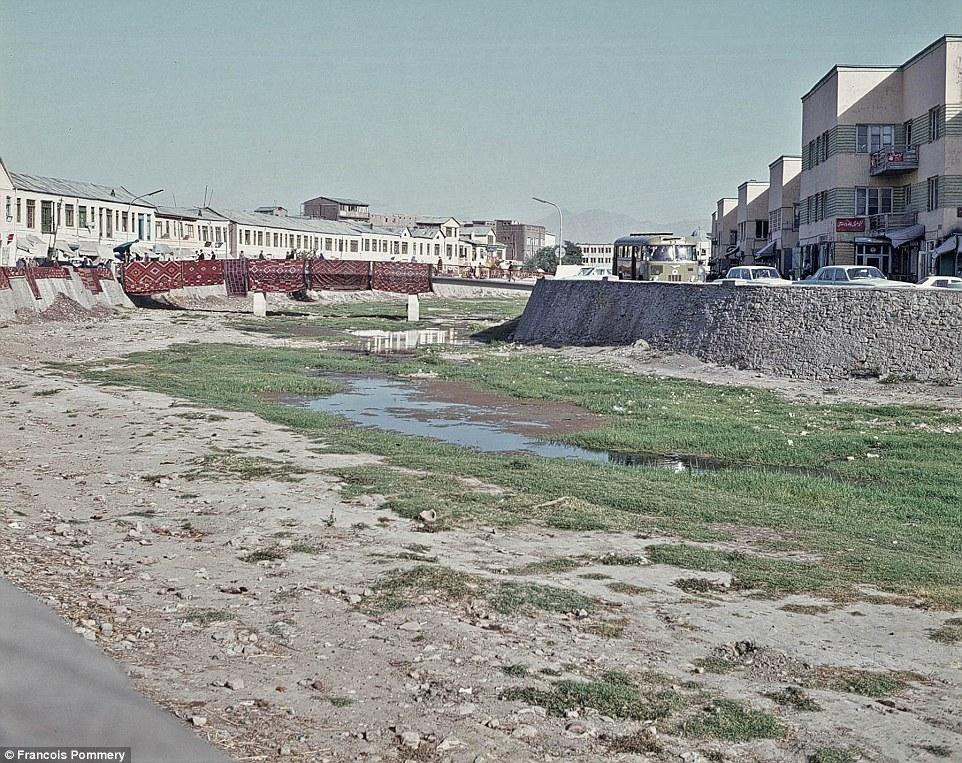 Пересохшая река, которая тянется через весь Кабул. Мост через реку местные используют для сушки ковр