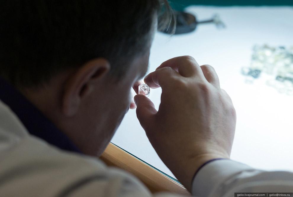 Ручное взвешивание алмаза. Вес алмаза определяется в каратах. Название «карат» идет от имени се