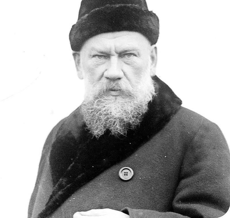 14. Лев Толстой (1828–1910) во время работы был букой. Вставал поздно, часам к девяти, ни с кем не р
