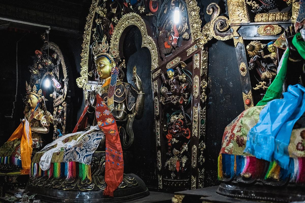 16. Внутри довольно темно, но повсюду расположены интересные статуи и тханки, а стены украшены замеч