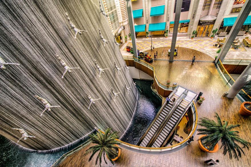 24-метровый фонтан был открыт в 2009 году в торговом центре в Дубае.