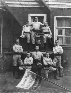 Юношеская группа членов гимнастического общества Пальма со знаменем