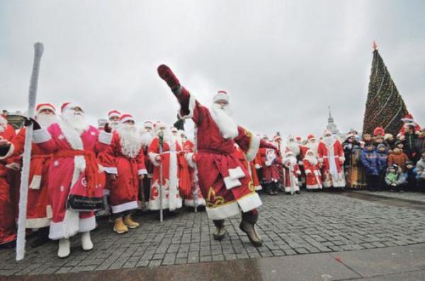 Парад Дедов Морозов прошел вГродно: главный волшебник прибыл наэлектромобиле