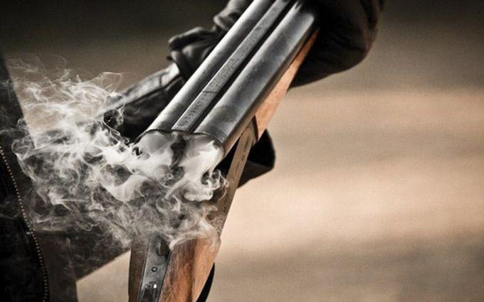 Гражданин многоэтажки изохотничьего ружья открыл стрельбу пополицейским