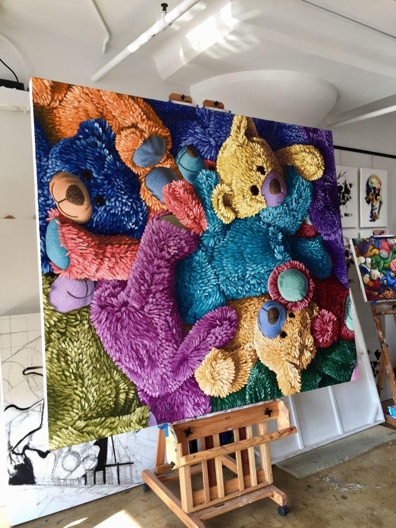 Эти картины выглядят так, словно к холсту прицепили плюшевые игрушки