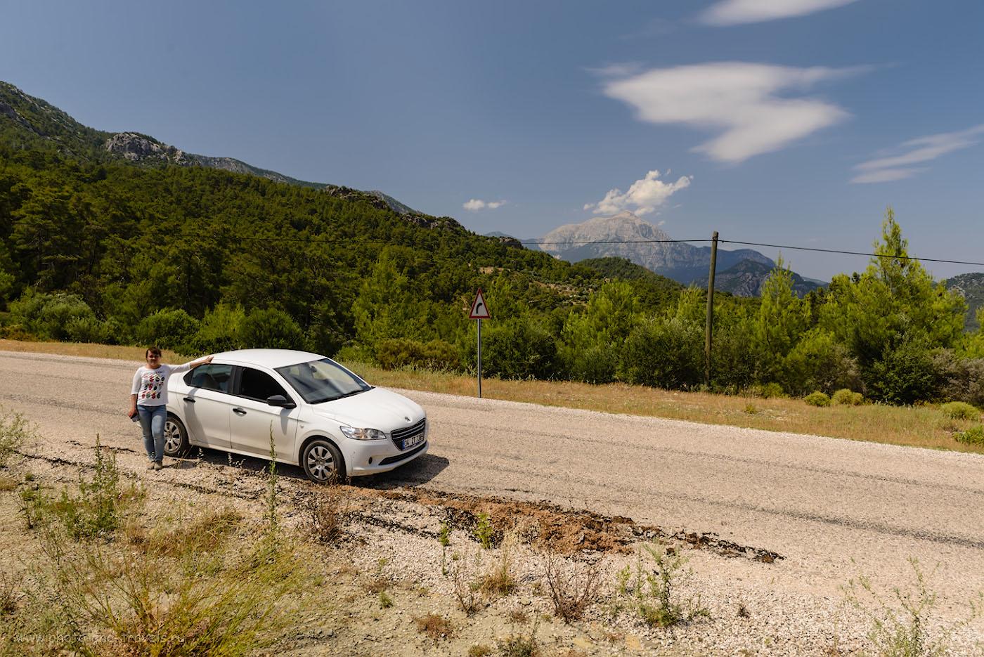 Фотография 10. По дороге из Олимпоса в Чиралы. На заднем плане – высочайшая вершина Кемера гора Тахталы (Tahtalı Dağları). Полнокадровая камера Nikon D610, объектив Nikon 24-70mm. Настройки, использованные при съемке: выдержка 1/250 с, экспокоррекция 0EV, диафрагма f/8.0, ISO 100, фокусное 24 мм.