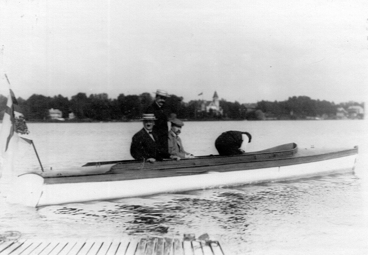 35. Моторная лодка на озере