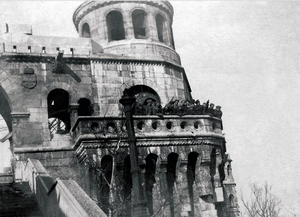 Солдаты и офицеры 525—го артиллерийского полка. Будапешт