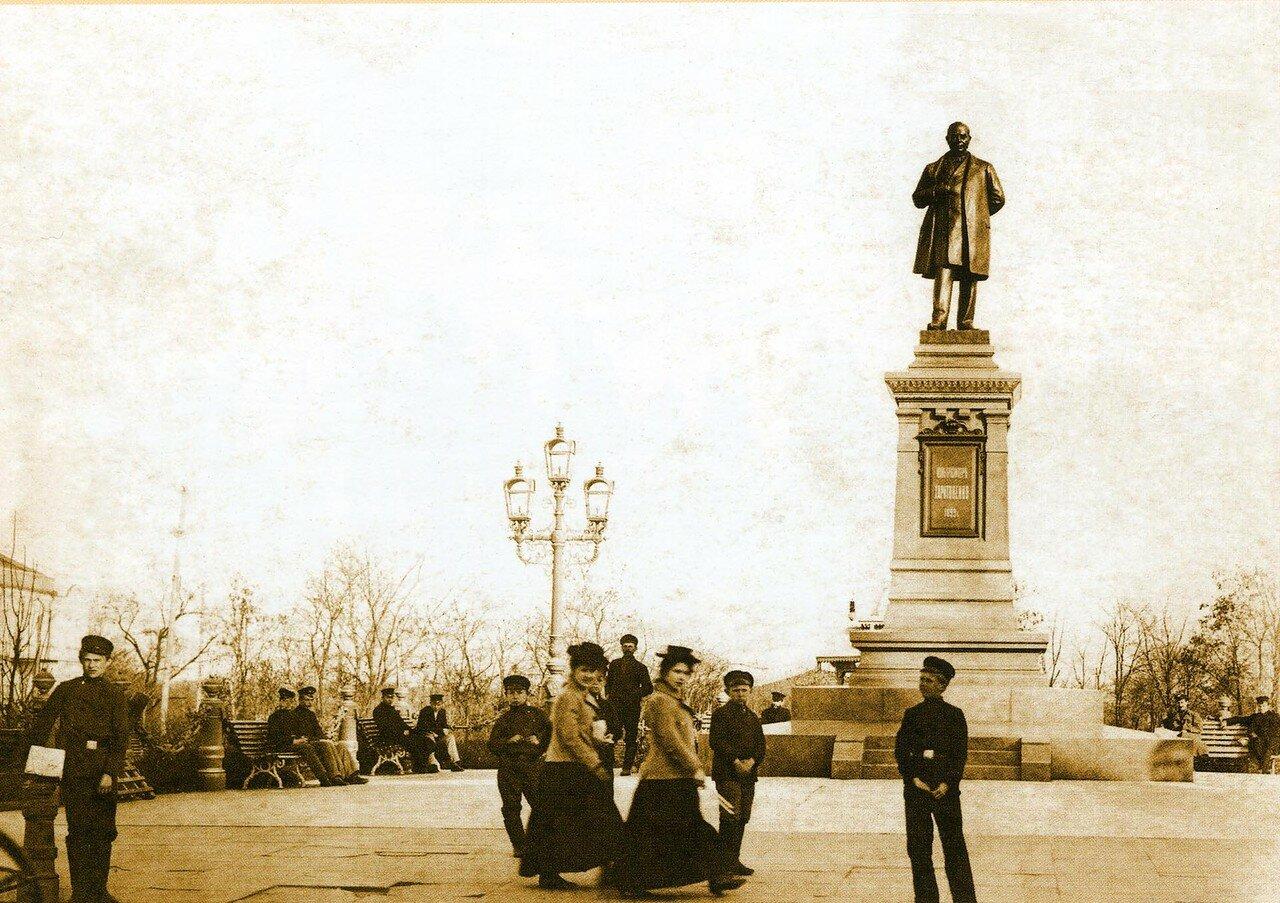 Памятник известному сахарозаводчику и меценату Ивану Герасимовичу Харитоненко