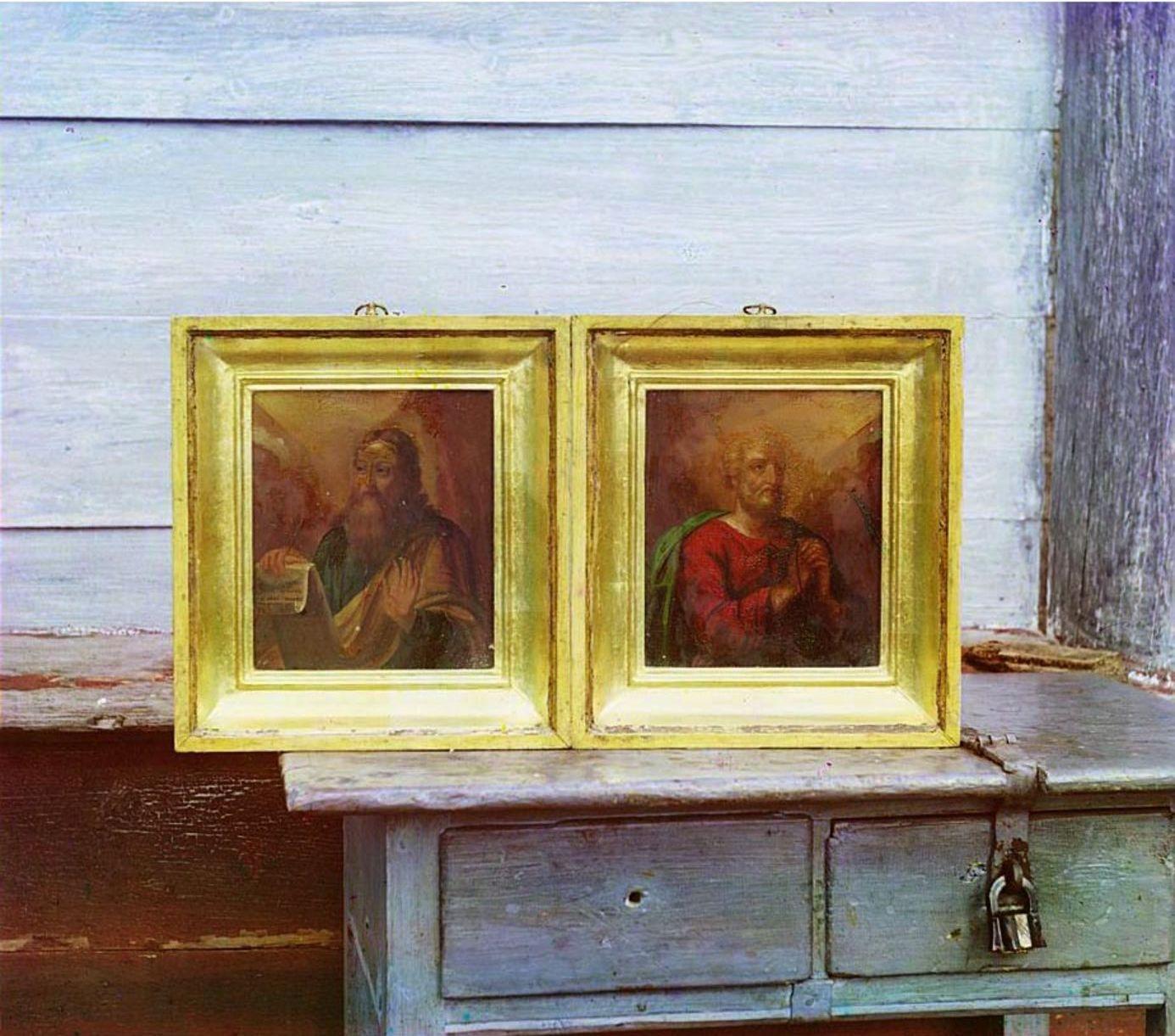 Петровское. Часовня. Две иконы Св. Петра и Павла