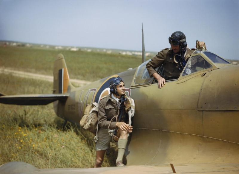 Supermarine_Spitfire_pilots_of_No._40_Squadron,_South_African_Air_Force,_at_Gabes_in_Tunisia,_April_1943._TR1033.jpg