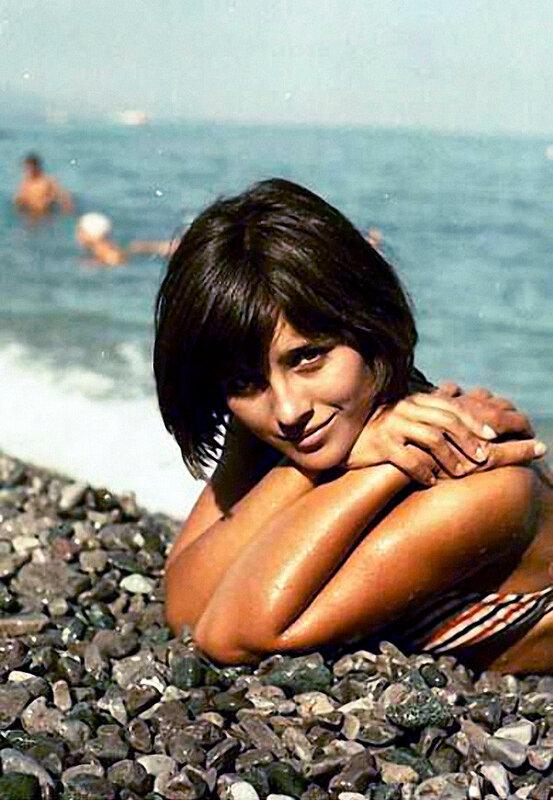 Актриса Наталья Варлей на пляже. 1966 год. Фото Мерцедина О. А..jpg