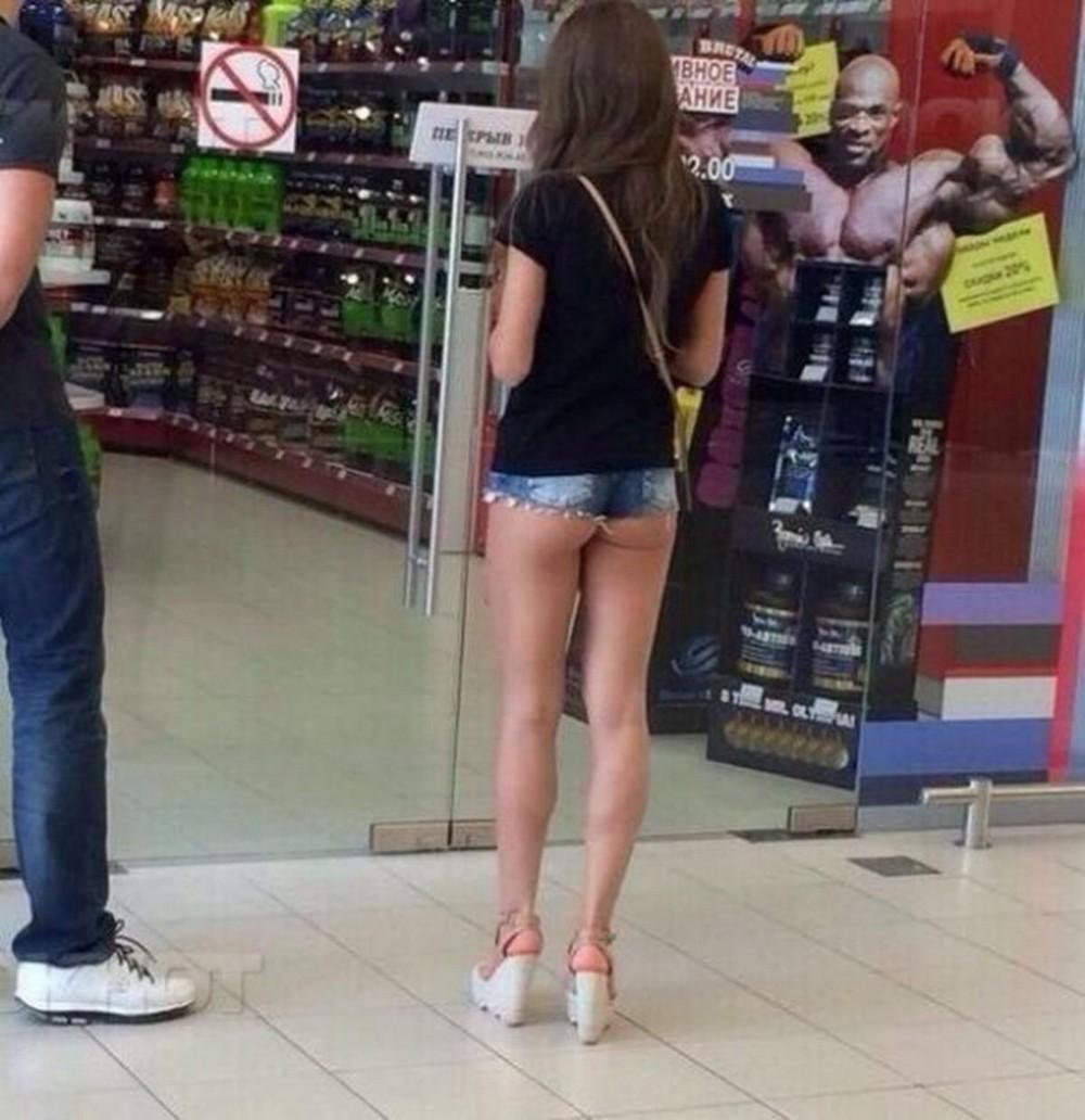 Стройные девчонки в коротеньких шортиках